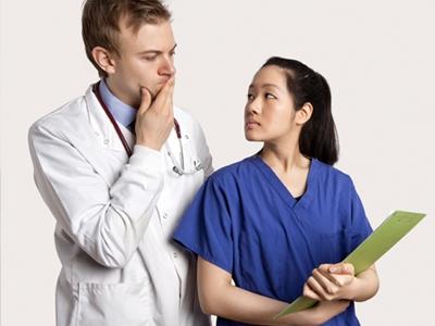 看護師、医師、イラッとする